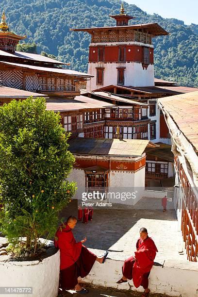 monks, tongsa dzong, buddhist monastery, bhutan - trongsa district stockfoto's en -beelden