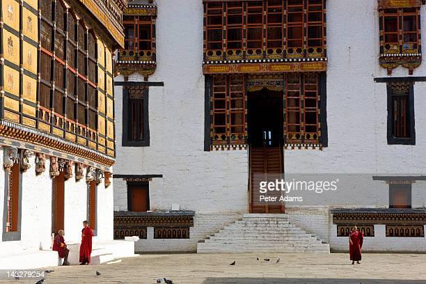 monks, trashichhoe dzong monastery, bhutan - ティンプー ストックフォトと画像