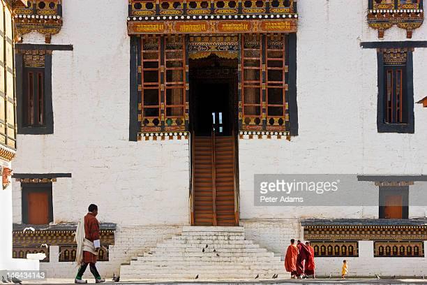 monks, trashichhoe dzong, thimpu, bhutan - ティンプー ストックフォトと画像