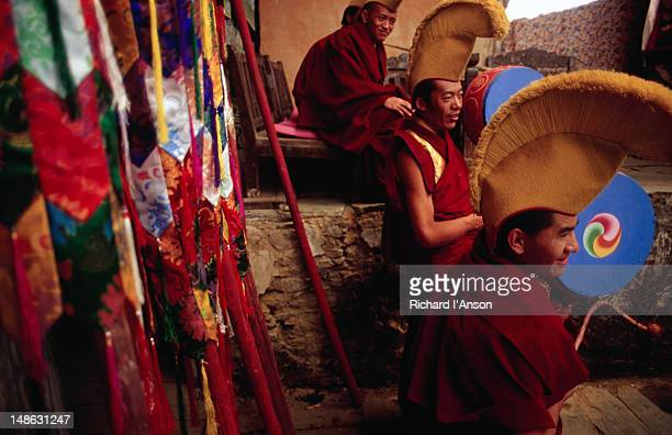 monks waiting for a ceremony to start at the mani rimdu festival at chiwang gompa (monastery). - mani rimdu festival stock pictures, royalty-free photos & images