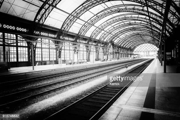 monochrome hauptbahnhof mit eisenbahnen und stahlbau - dresden - bahnhof fotos stock-fotos und bilder