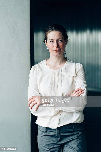 monochrome portrait: caucasian woman in front of contemporary background