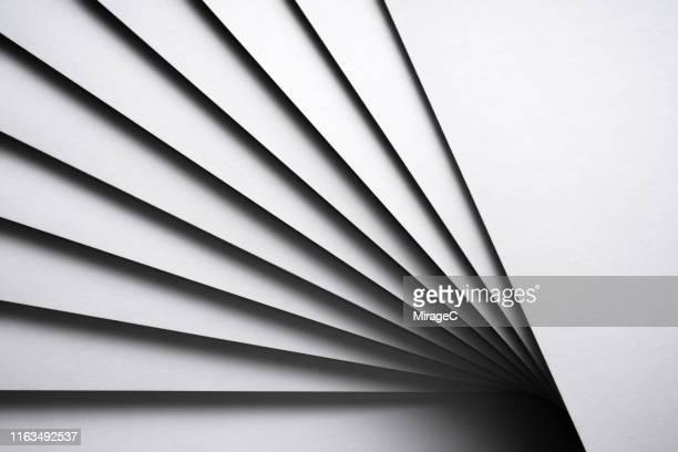 monochrome white stacking paper fanned out - couches superposées photos et images de collection