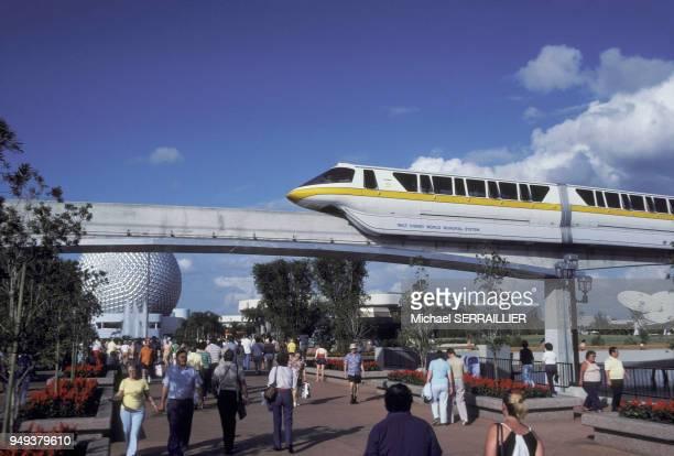 Monorail dans le parc à thèmes Epcot à Disney World à Orlando en Floride aux Etats-Unis avec, en arrière-plan, le Space ship Earth.