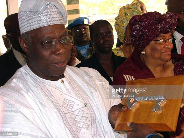 Outgoing Nigerian President Olusegun Obasanjo shows 26 May 2007 in Monrovia the key of the city which was presented to him by the Liberian government...