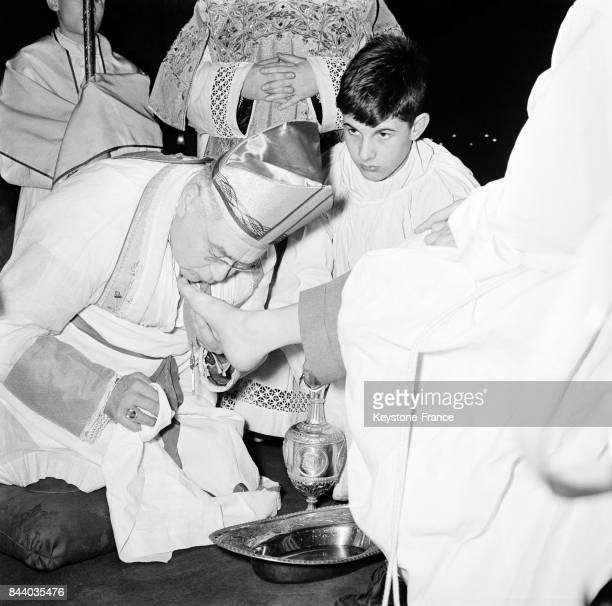 Monseigneur Brot, évêque auxiliaire de Paris, procédant à la cérémonie du lavement des pieds à la cathédrale Notre-Dame de Paris, France le 30 mars...