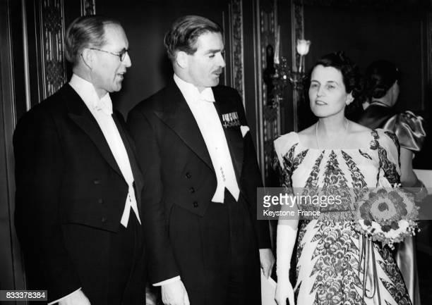 Monsieur Joseph Patrick Kennedy ambassadeur des EtatsUnis au RoyaumeUni Anthony Eden et Rose Fitzgerald l'épouse de l'ambassadeur à la réception...