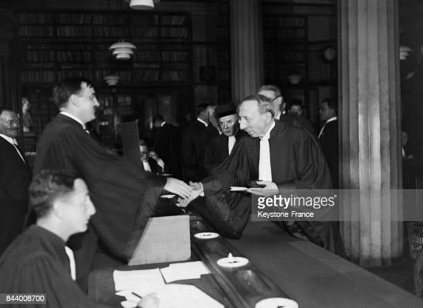 Monsieur Léon Bérard ministre de la Justice dépose son bulletin de vote au Palais de Justice à Paris France le 25 juin 1935