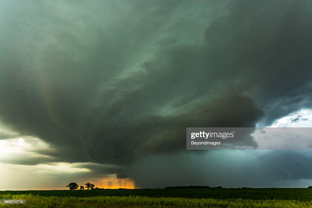 Monster rotating mother-ship thunderstorm produces torrential rain with sunset : Foto stock