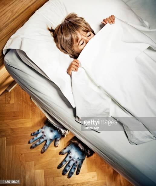 モンスターのベッド - scary monster ストックフォトと画像