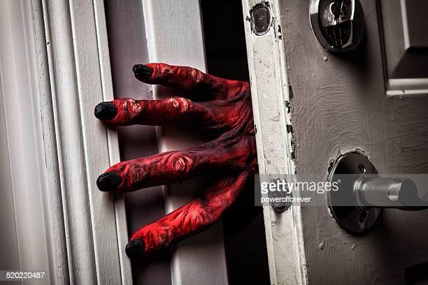 モンスターのハンド comming のドア - scary monster ストックフォトと画像