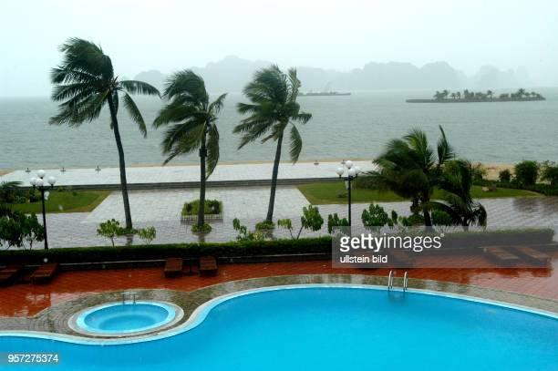 Monsunregen auf der Insel Tuan Chau in der Halong-Bucht, aufgenommen im Oktober 2008. Die am Südchinesischen Meer im Norden von Vietnam gelegene...
