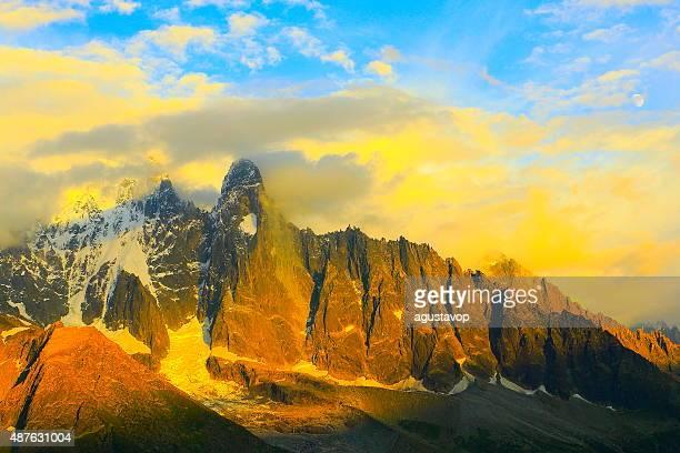モンブラン山の風景のドラマチックな夕日シャモニー