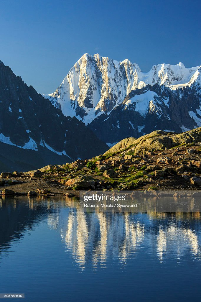 Mont Blanc and Dent Du Geant are reflected in Lac Blanc France : Foto de stock