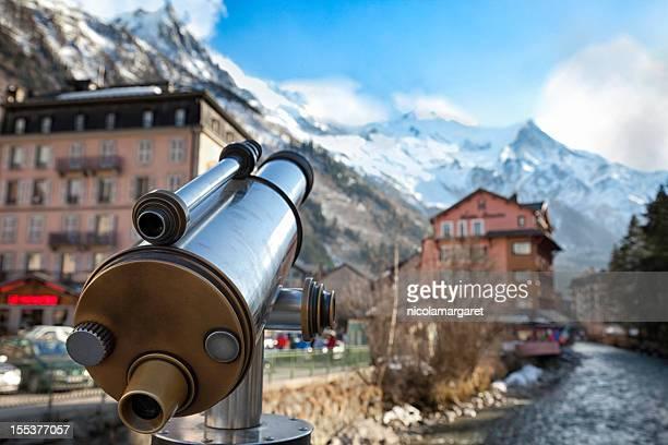 mont blanc, chamonix la ciudad y al río arve. - haute savoie fotografías e imágenes de stock