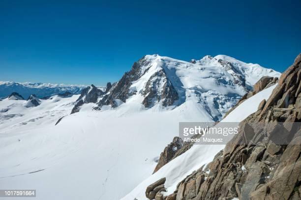 mont blanc du tacul (4,284 m ) and valle blanche glacier, chamonix, haute savoie, french alps, france, europe - valle blanche fotografías e imágenes de stock