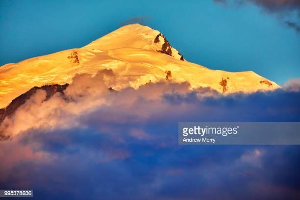 mont blanc summit, peak at sunset with blue sky and clouds below - pinnacle peak bildbanksfoton och bilder