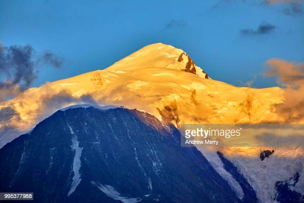 mont blanc summit, peak at sunset with blue sky and clouds - pinnacle peak stock pictures, royalty-free photos & images