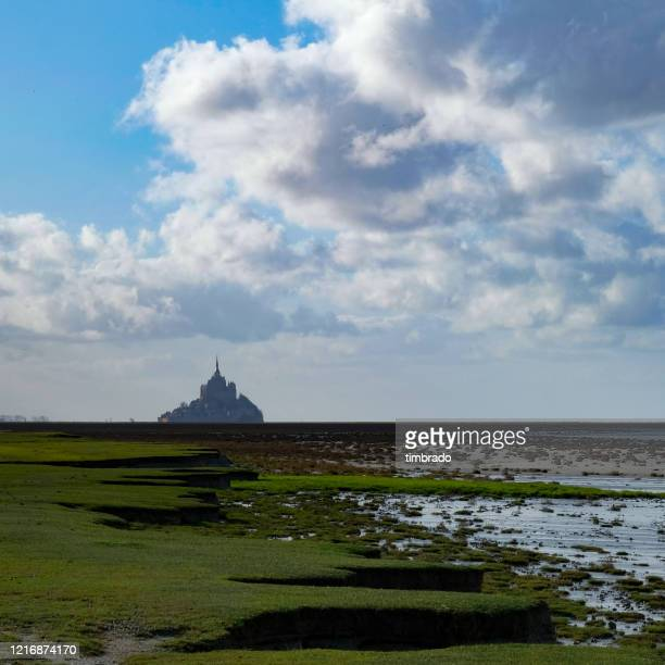 mont saint michel, normandy, france - carré composition photos et images de collection