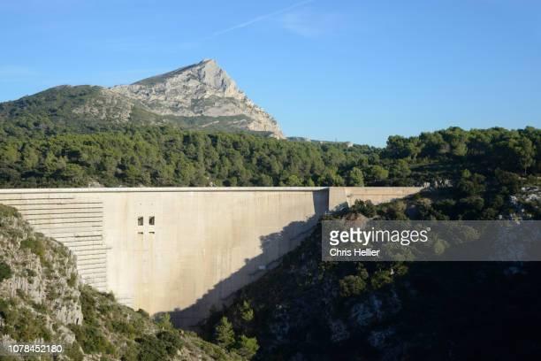 mont sainte-victoire mountain & bimont dam near aix-en-provence - image photos et images de collection