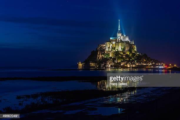 mont saint-michel at night - モンサンミッシェル ストックフォトと画像