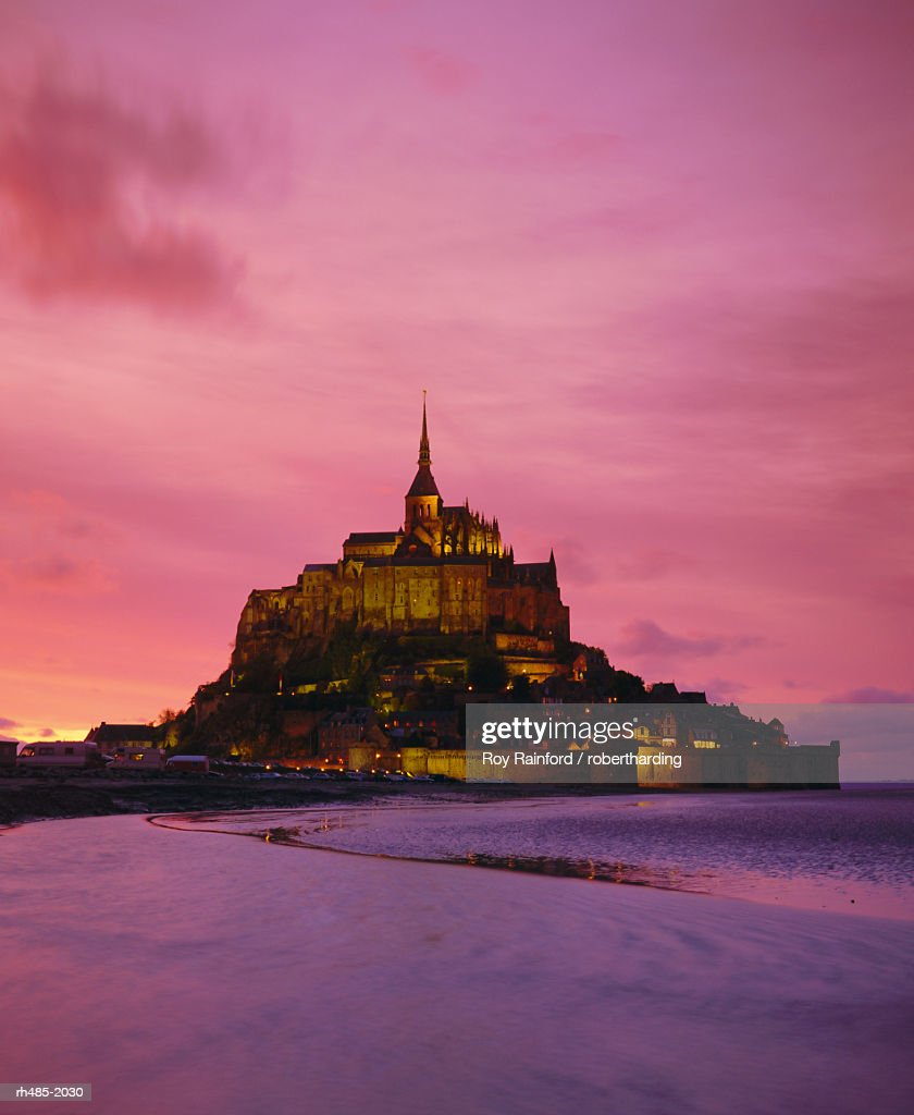Mont Saint-Michel (Mont St. Michel) at sunset, La Manche region, Normandy, France, Europe : ストックフォト