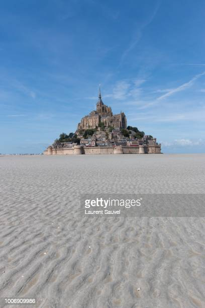mont saint-michel with sand waves in the foreground - laurent sauvel photos et images de collection