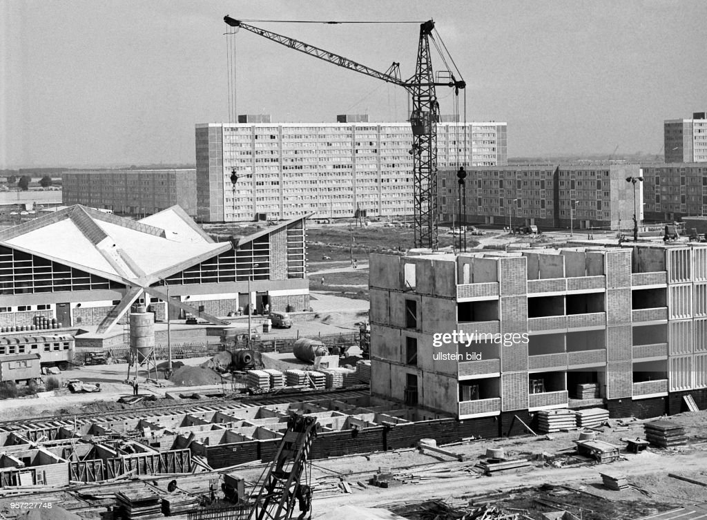 Montage Der Fünfgeschossigen Wohnhäuser Sowie Der Nach Den Plänen Des  Architekten U Müther Als Betonschalenbau Errichteten