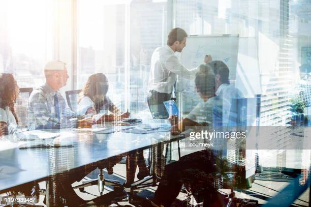 役員室のテーブルでのプレゼンテーションでビジネスの人々のチームのモンタージュ。 - 営業職 ストックフォトと画像