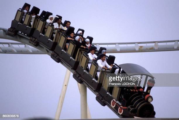 Montagnes russes dans le parc d'attractions de l'an 2000 à Koweït City en mai 1984 Koweït