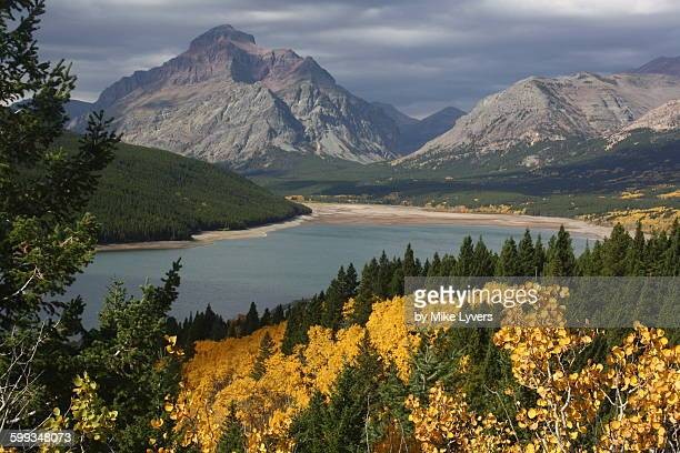 montana autumn, lower two medicine lake - two medicine lake montana stock-fotos und bilder