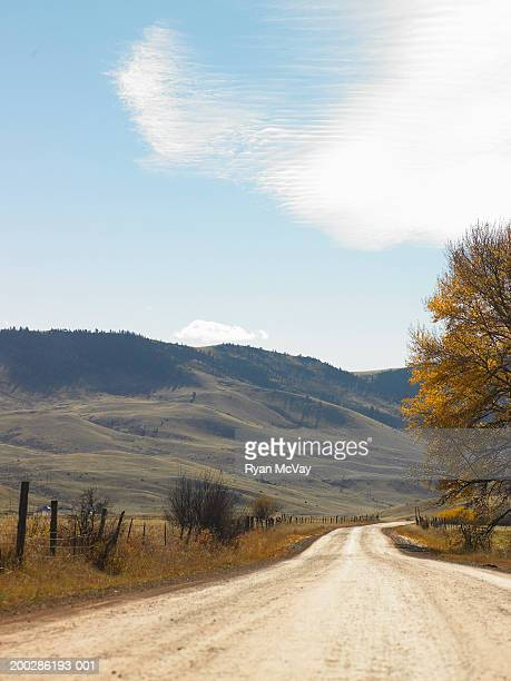 eua, bozeman, montana, dirt road, ao lado da colina, outono - montana - fotografias e filmes do acervo