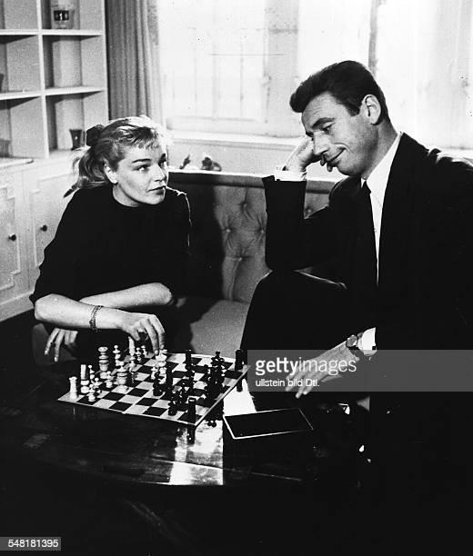 Montand Yves * Schauspieler Chansonnier Frankreich mit Ehefrau Simone Signoret in ihrer Pariser Wohnung beim Schach 1954