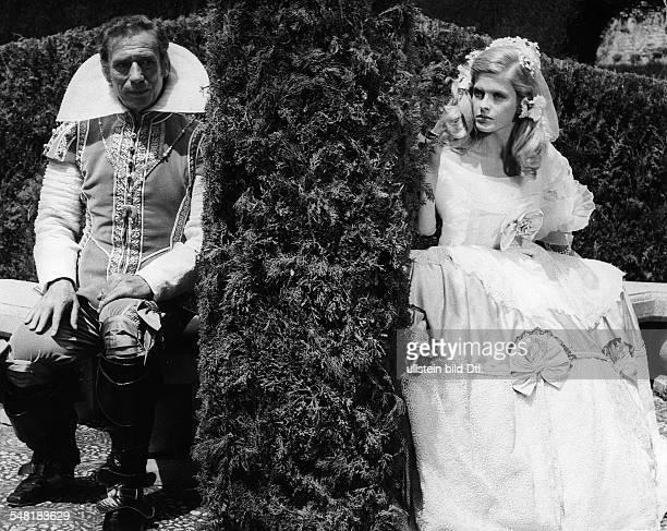 Montand Yves * Schauspieler Chansonnier Frankreich mit Karin Schubert in dem Film 'Die dummen Streiche der Reichen' 1971
