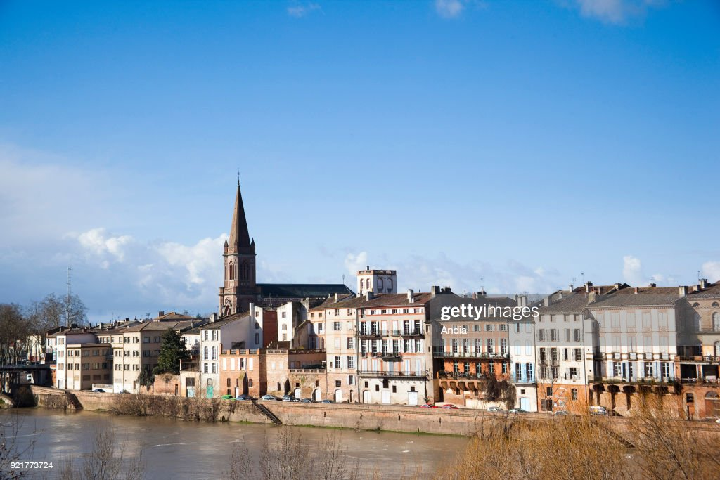 Montauban, buildings along the quay 'quai Villebourbon' on the banks of the Tarn River. : News Photo