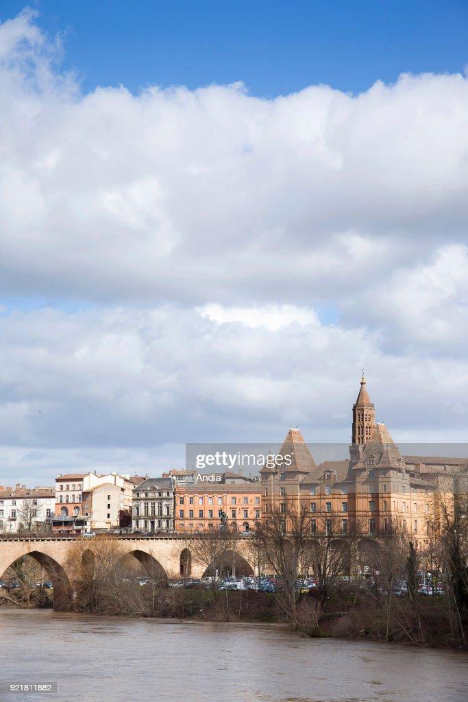 Montauban, the 'Pont vieux' bridge on the Tarn river. : News Photo