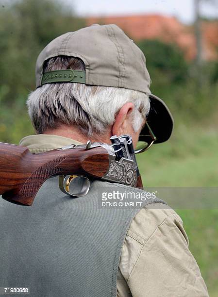 Un chasseur marche le 24 septembre 2006 sur la commune de MontBernanchon au premier jour de l'ouverture de la chasse pour les departements du Nord de...