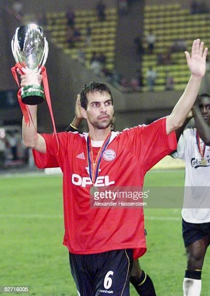 CUP 2001 FINALE Monte Carlo FC BAYERN MUENCHEN FC LIVERPOOL 23 UEFA SUPER CUP SIEGER 2001 FC LIVERPOOL Markus BABBEL/LIVERPOOL mit dem SUPER CUP...