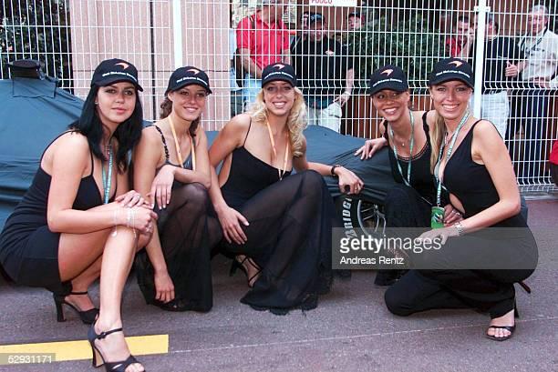 MONACO 2001 Monte Carlo MERCEDES McLARENGIRLS an der RENNSTRECKE vor einem verdeckten McLAREN WAGEN