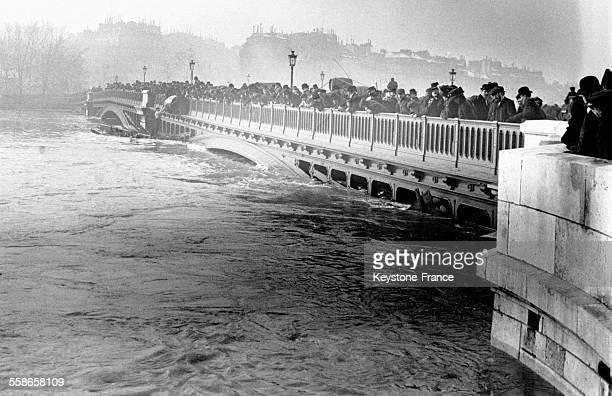 Montée de la Seine sous les regards inquiets des badauds à Paris France en 1910