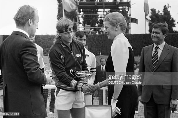 Montecarlo Tennis Tournament 1980 En mai 1980 à MonteCarlo finale du tournoi de tennis Sur le court Bjorn BORG serre la main de la princesse GRACE...