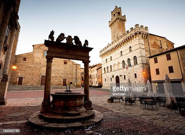 Montepulciano Square mit gut und Town Hall Tower
