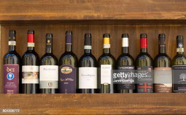 Montepulciano, Toskana: Flaschen Vino Nobile di Montepulciano gefüttert bis