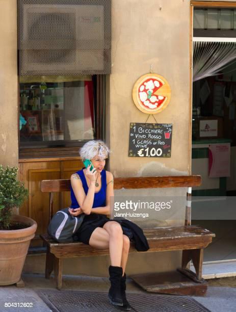 Montepulciano, Toskana, Italien: Schicke junge Frau am Telefon
