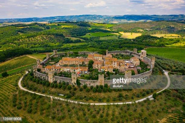 monteriggiori in tuscany italy - fortified wall stock pictures, royalty-free photos & images