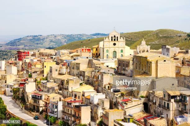 monterosso almo (província de ragusa), sicília: cityscape de cima - século xviii - fotografias e filmes do acervo