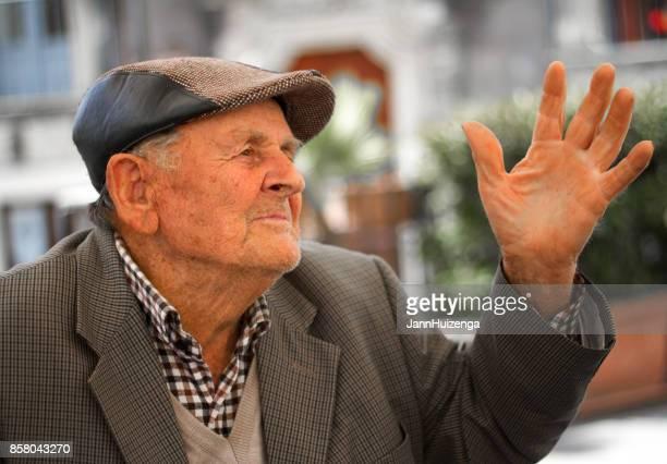 monterosso almo (ragusa), sicília: homem sênior gesticulando - sul europeu - fotografias e filmes do acervo