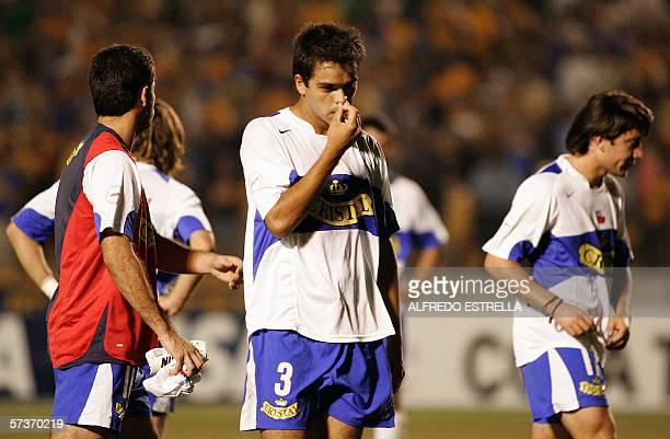 Luis Quinteros Claudio Munoz y un jugador no identificado de la Universidad Catolica de Chile se retiran del campo de juego luego de perder su pase a...