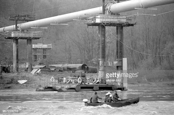 Monteure vom VEB Industriemontage der DDR montieren am Fluss Dnestr in der UdSSR im Abschnitt im ukrainischen Gebiet bei Iwano - Frankowsk - die...