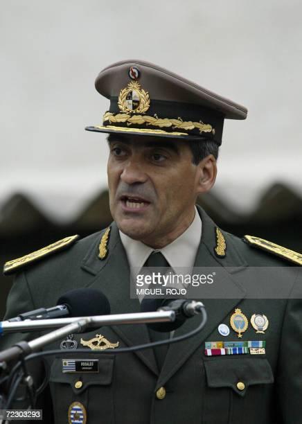 El flamante Comandante en Jefe del Ejercito de Uruguay Gral Jorge Rosales da un discurso durante la ceremonia de asuncion el 30 de octubre de 2006 en...